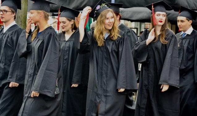 Afgelopen vrijdag kregen honderdvijftig studenten van het University College Roosevelt hun diploma's uitgereikt op het Abdijplein in Middelburg. FOTO: FEMKE VEGT