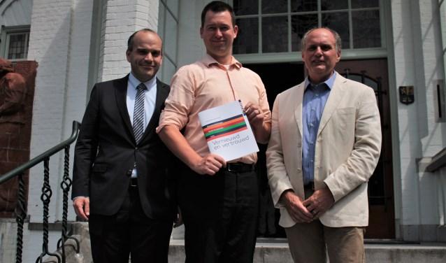 De nieuwe coalitie van Vught presenteerde afgelopen week het coalitieakkoord 'Vernieuwd en Vertrouwd'. Van links naar rechts Mark du Maine (VVD), Toine van de Ven (PvdA-GroenLinks) en Guus van Woesik (Gemeentebelangen).