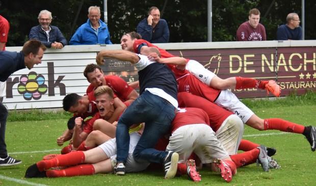 De spelers van JVC Cuijk zijn door het dolle heen na het winnende doelpunt van Lars Loermans.