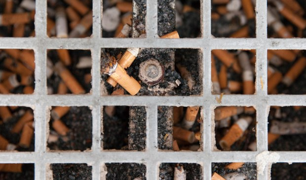 Rondom de ziekenhuisgebouwen verdwijnen de abri's, rooktegels en asbakken.(Foto Frederike Slieker)