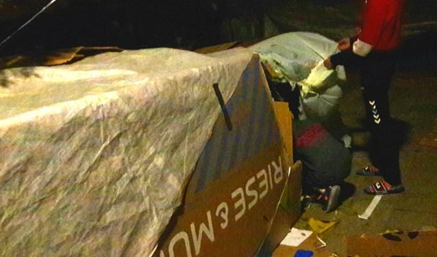 Het is een kartonnen krot. Wel met een degelijk dekzeil erover heen. Het is 'bedtijd'. Na het bouwen van de hut, pasta koken en eten, spelen en chillen... slapen, op straat, onder karton...