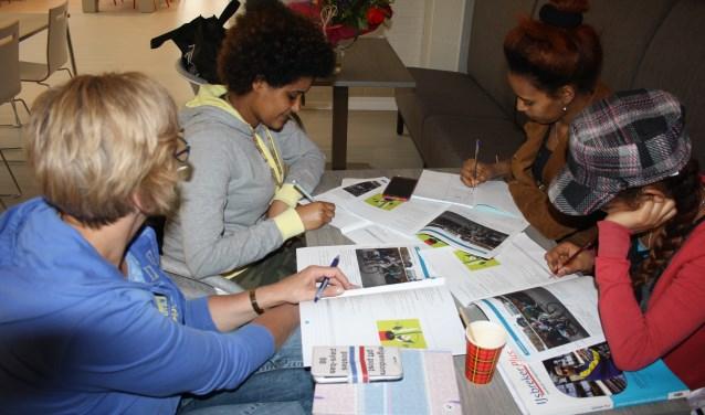 Taalvrijwilligers krijgen allerlei materiaal waarmee ze de deelnemer kunnen leren lezen, schrijven en spreken.
