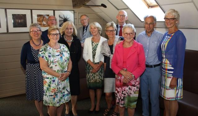 Het bestuur van Probusclub Alphen en omstreken dames met de vertegenwoordigers van Probus Nederland, de mentorcommissie en de voorzitters van de andere Alphense Probusclubs