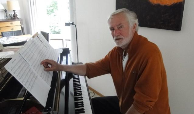 Nico Smit thuis achter de vleugel. Muziek met mensen verbinden is zijn levensmotto.