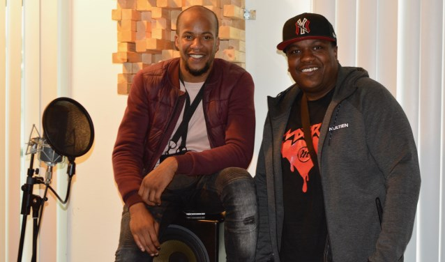 Rapper Naily (links) en platenbaas Aiky. Samen hebben ze de missie om jongeren te betrekken bij culturele activiteiten, zoals de Slag bij Vlaardingen, en muzikaal talent in de regio te stimuleren. (Foto: Britt Planken)