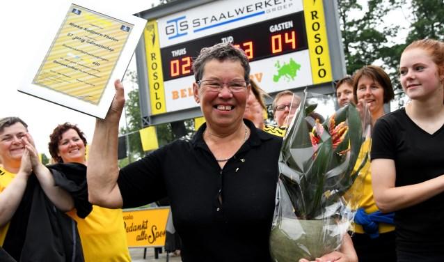 Mieke Kuijpers met oorkonde en gouden speld. Foto: Jan Wijten