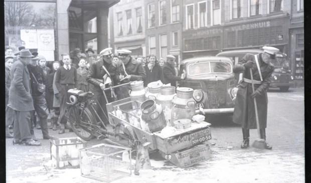 Aanrijding met een gemotoriseerde bakfiets met melkbussen op de hoek van de Koestraat - Sassenstraat, 1953. (foto: Collectie Dolf Henneke, Historisch Centrum Overijssel)