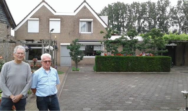"""Ad van Liempt (links) en Piet Hurkmans in de enorme voortuin aan het Laageinde 63. Van Liempt: """"Vroeger heeft hier een wiel gelegen, ontstaan na een dijkdoorbraak."""""""