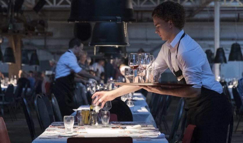 Evenals bij Het Verzet Kraakt zitten de gasten aan lange tafels, deze keer in de stijl van het feest in 1968 rond een eeuw Stork. Foto: Stefan van Vlijmen