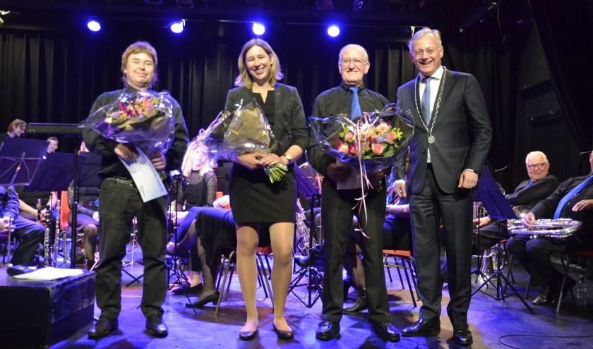 V.l.n.r.: Bennie Rekers, Marjolein Hilgerink en Johnny van de Leur werden onlangs door burgemeester Gerritsen gehuldigd