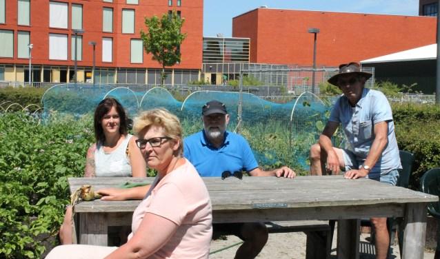 De Stadstuin biedt een zinvolle tijdsbesteding en is een ontmoetingsplaats voor sociale contacten. v.l.n.r.: Rosanne de Rooij, Marjo Griep, Jos Bekker, Arjan Paauwe. FOTO: LEON JANSSENS