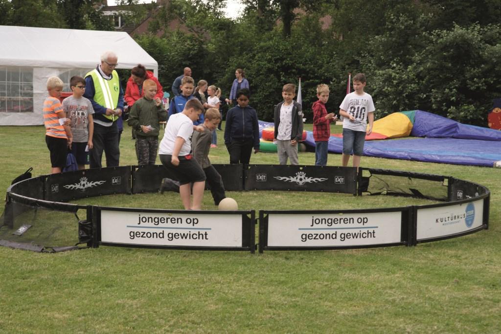 Tijdens de buitenspeelmiddag vorige week in Park Steenderens kon uiteraard ook worden gevoetbald.