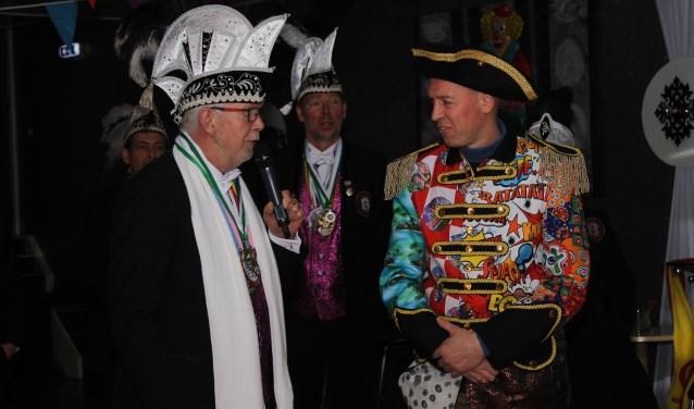 Voorzitter Willem Wegman en het nieuwe bestuurslid Robert van Hunen tijdens opspelden erepin. (foto: Frank Dercksen)