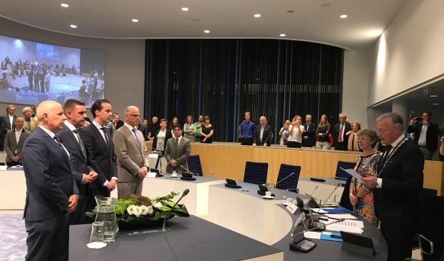 V.l.n.r.: Alex Langius, Eugène van Mierlo, Arjen Maathuis, Jan Martin van Rees, raadsgriffier Corrie Steenbergen en burgemeester Arjen Gerritsen tijdens de installatie