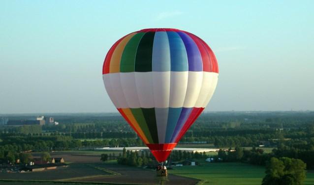 Regelmatig varen heteluchtballons boven de Bommelerwaard. Ze komen bijvoorbeeld vanuit Den Bosch of Beesd. Maar de startplaats kan ook Kerkdriel of Zaltbommel zijn. (Foto's uit collectie Hans van Hoesel)