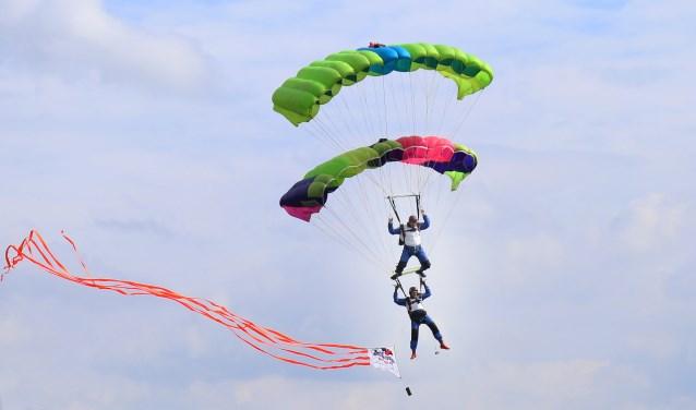 De parachutisten maakten een spectaculaire sprong in Grave. (foto: Marco van den Broek)