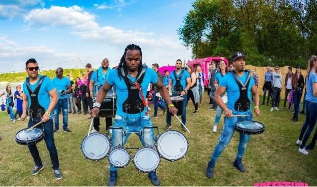 De verschillende optredens zorgen voor kleurrijke feestelijke en vooral enthousiaste taferelen