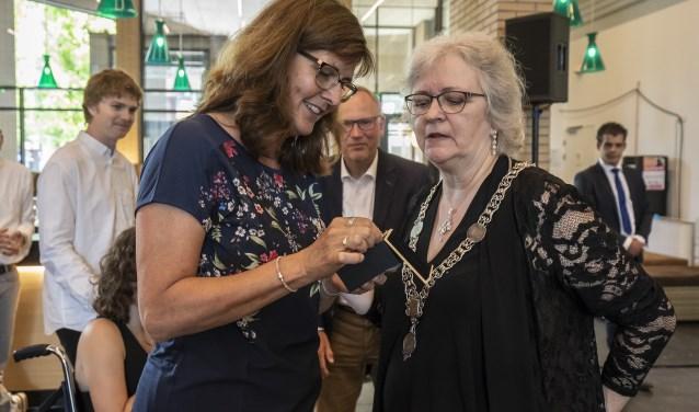 Tineke Keuzekamp (links) nam afscheid als wethouder (Foto: gem Ridderkerk)