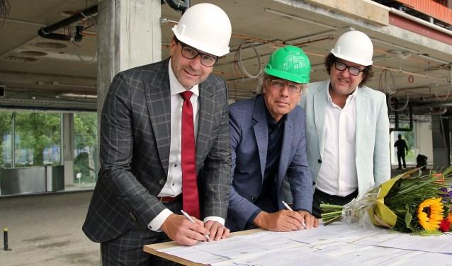 De gemeente Woerden en Ferm Werk slaan opnieuw de handen ineen. Bernhard Drost (Ferm Werk) en burgemeester Victor Molkenboer (gemeente Woerden) ondertekenden 13 juni 2018 een intentieverklaring. FOTO: Alex de Kuijper