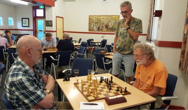 Martien Smit kijkt toe bij de partij Sjoerd de Rave (rechts) en Kees van Dijk. (foto: Rinus van der Molen)