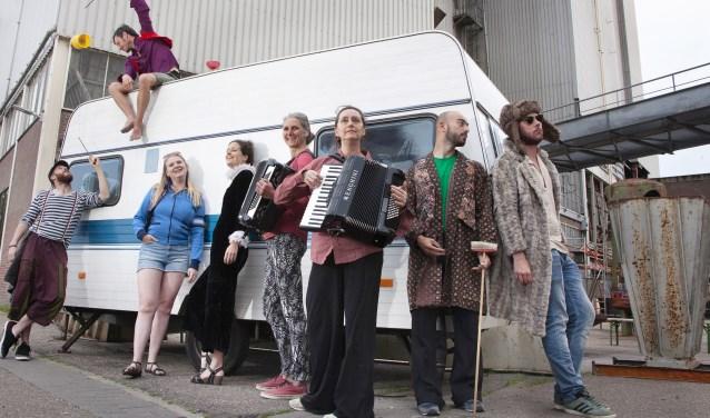 Op de Tramkade kijkt publiek bij Swing naar reizigers, circuslui, muzikanten, louche en vage figuren.
