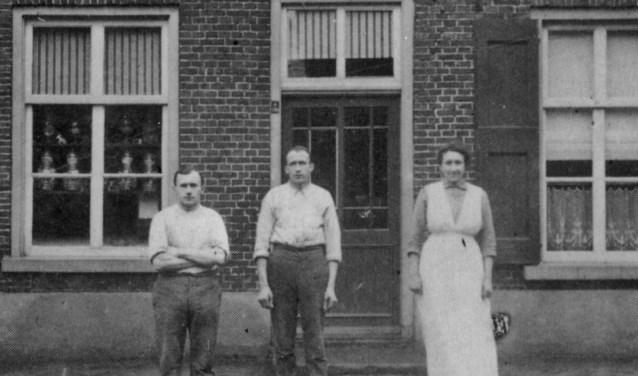 Op de foto uit 1895 het pand van bakkerij ten Cate aan de Oudestraat 78. Na tweeandere bakkers werd de zaak in 1965 omgetoverd tot herenkapperszaak. Tegenwoordig wordt hier welness bedreven.