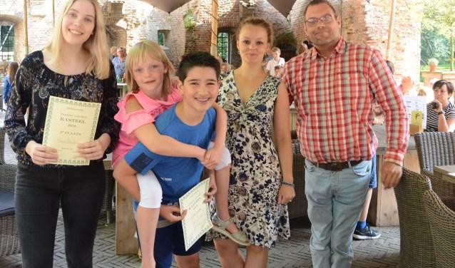 Pianist Tijs van Ede (derde prijs) neemt zangeres Senna van den Braber (eerste prijs) op zijn rug. Ze staan naast pianist/zangeres Nina Zandbergen en de tevreden juryleden Marleen Molendijk en Patrick Holleeder