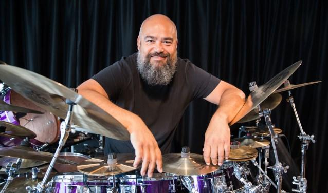 Een relaxte Collin Leijenaar achter één van zijn indrukwekkende drumkits. (Foto: Jacqueline Imminkhuizen)