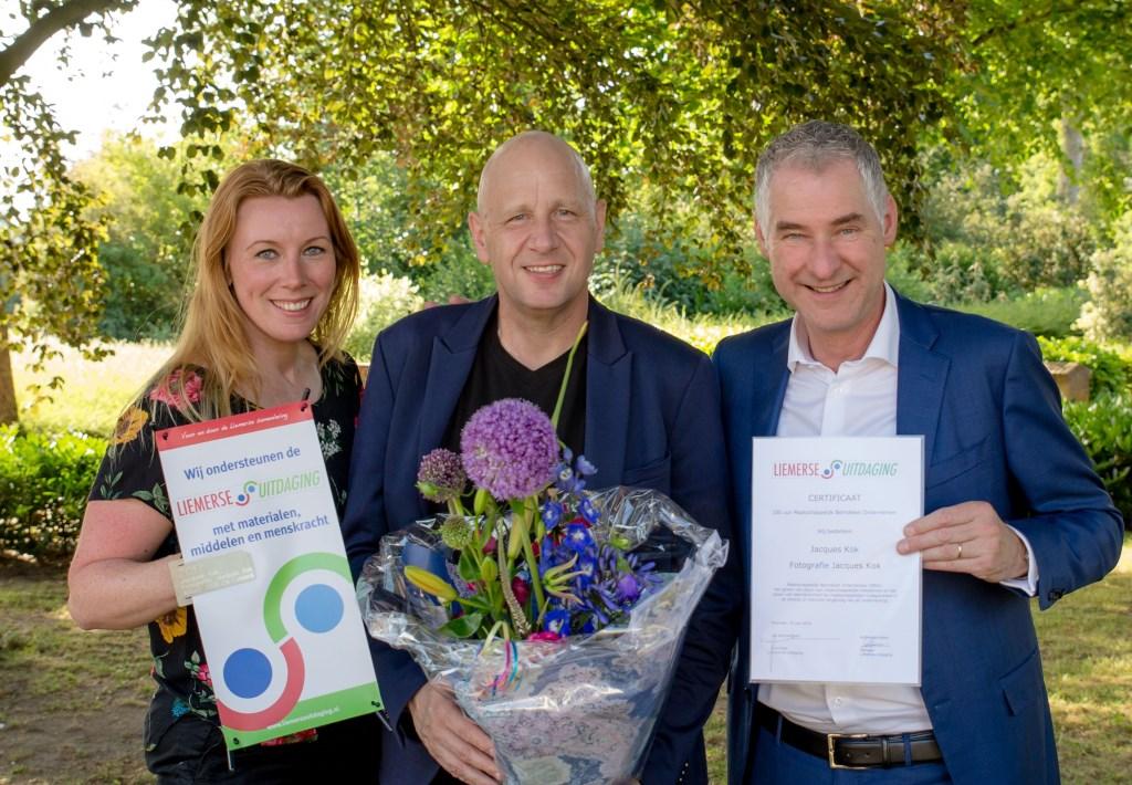 Jacques Kok (midden) ontving het certificaat uit handen van Jan Ummenthum en Audrey Jeurissen van de Liemerse Uitdaging.