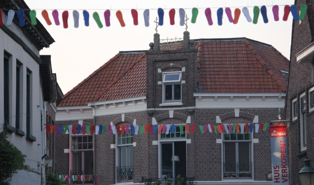 Smeestraat in Lochem is versierd met slippers.