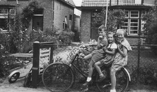 In de jaren vijftig met z'n drieën op de fiets in de Kloetingseweg v.l.n.r. Jantje, Joke en vriendinnetje Aartje. FOTO: Joke den Engelsman-Dekker