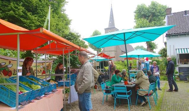 Op het streekfestival in Hemmen heerst een gemoedelijke sfeer. Er is veel belangstelling voor de ambachtelijke producten uit eigen streek. (foto: Kirsten den Boef)