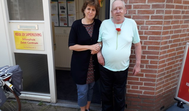 Rianne Verduin,  coördinator van het inloophuis Zeist-Centrum met trouwe gast Henk van Eck. FOTO: Maarten Bos