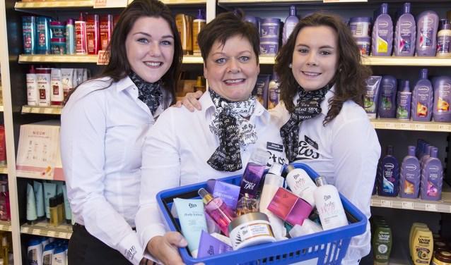 Jolanda Temmink van Etos Neede heet de klanten vanaf volgende week dinsdag samen met haar dochters Silke (links) en Drissja van harte welkom bij de heropening van de vernieuwde winkel.