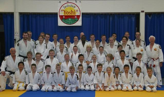 Tijdens de viering van het 25-jarig bestaan was er ook nog tijd voor een groepsfoto van judoclub Yoshi. Kijk voor meer informatie en foto's van de feestdag op de website www.judoclubyoshi.nl. FOTO: ROBERTO C.J. BUTH