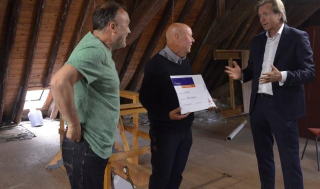 Directievoorzitter Migchel Dirksen (r) legt aan voorzitter Stefan Poelman (m) en vicevoorzitter Martin Vastenhout (l) uit waarom de leden van de Rabobank voor hun museum gekozen hebben.