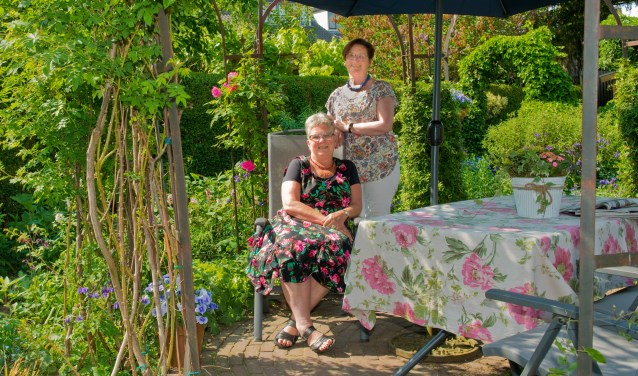 Loes Halsema en Henny Derks, de drijvende krachten achter de Open Dag Nijmeegse Stadstuinen, zijn het erover eens: andermans tuinen bekijken is niet alleen leuk, maar ook nog eens ontzettend inspirerend. (Foto: Maaike van Helmond)