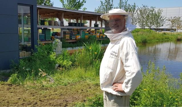 Marcel Horck van deTilburgse stadsimkerij Beezzzz verdient de kost met bijen. Hij plaatst bijenkasten bij telers. Zo heeft hijkasten staan bij een aardbeienteler maar ook bij telers van appels en peren, in mei had hij bij telers 150 kasten uitstaan.