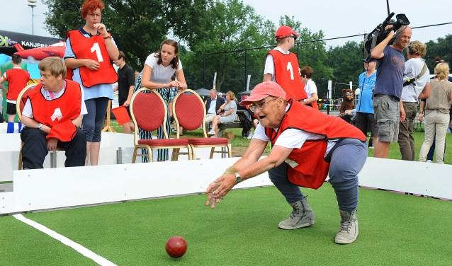 Joke Jansen uit Lintelo gooit de bal bij het Bocce op Sportpark Zuid in Aalten. Foto: Roel Kleinpenning