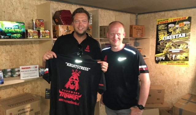 Marcel Schutteman en Erwin ten Hoorn Boer bij de overhandiging van de trainingskleding.