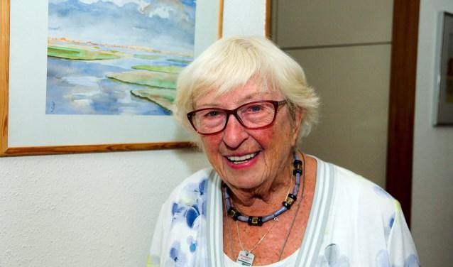 """Mevrouw Stuttenheimer (93) wil liever een centraal inzamelpunt voor afval in De Loohorst.  ''Het is voor mij erg lastig om al het afval weg te brengen."""" (foto Gert Perdon)"""