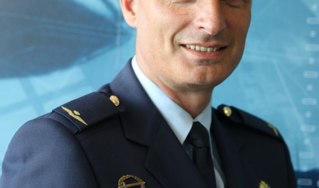 Aantredend commandant Vliegbasis Eindhoven, kolonel Harold Boekholt, is de echtgenoot van de vertrekkende commandant, kolonel Elanor Boekholt - O'Sullivan. FOTO: KLu.