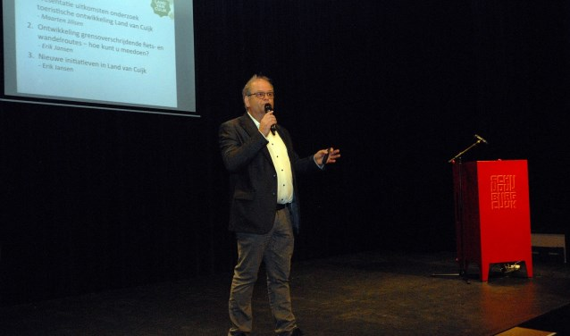 Toeristisch manager Erik Jansen aan het woord in Schouwburg Cuijk tijdens de presentatie van de onderzoeksresultaten. (foto: Tom Oosthout)