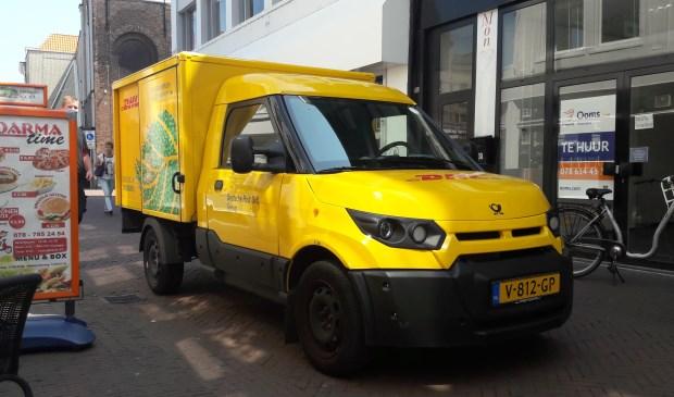StreetScooter van DHL in de Voorstraat. (foto: Arco van der Lee)