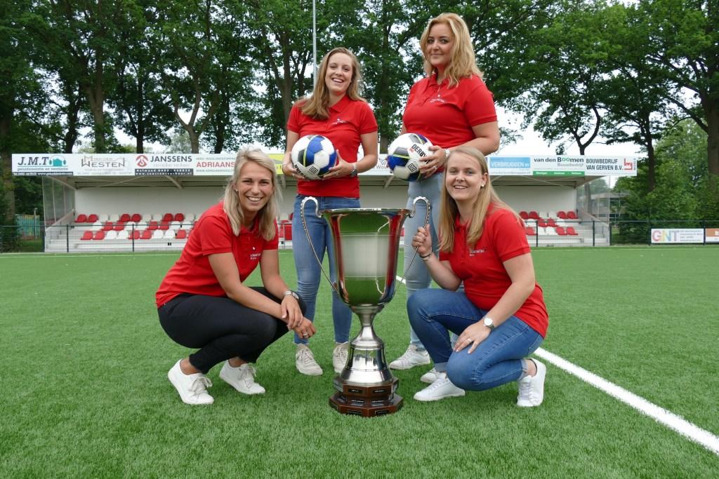 De 'voetbalvrouwen van Mifano' organiseren het 40e Straatvoetbaltoernooi. Foto: Jos Lenssen.