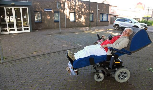 Sjaan Gijbels onderweg naar haar wekelijkse handwerkuitje. Foto: Jan Wijten