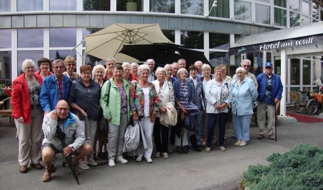 Vakantiegroep voor de ingang van het hotel