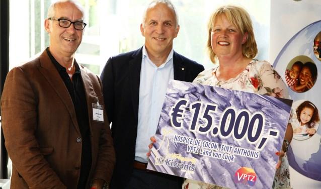 De cheque werd overhandigd aan hospicehuis de Cocon uit Sint Anthonis. (foto: Jos Janssen fotografie)
