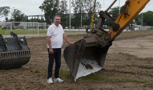 Henny Idema wilde de middenstip redden. Hij kwam te laat, maar met hulp van een bulldozer wist hij toch een plag zeker te stellen. (Foto: Persgroep/gsv)