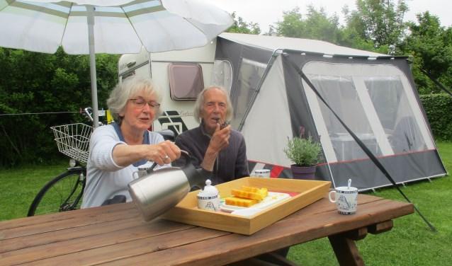 """Hilde en Chris van Staveren aan de koffie voor hun caravan. """"Ik hou van de rust en geniet van de vogels. Kijk, daar is een Kwikstaartje."""" FOTO: MARCEL VAN DER VOORT"""